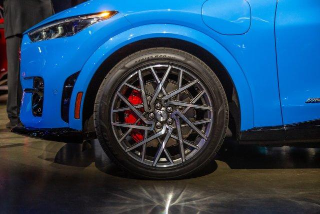 ford-mustang-mach-e-gt-2021-13-blue--exterior--wheel.jpg